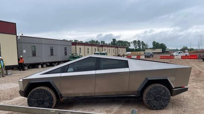 Así llegó Elon Musk manejando un Tesla Cybertruck a la fábrica donde se producirá masivamente el vehículo