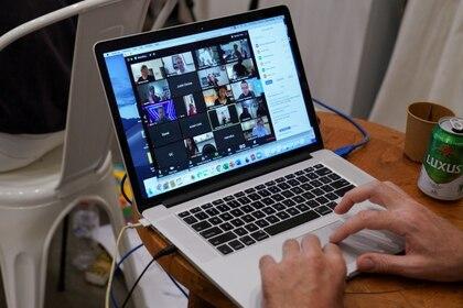 El uso de videollamadas se incrementó en el marco de la pandemia.  (REUTERS/Loren Elliott/Foto de Archivo)