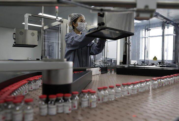 IMAGEN DE ARCHIVO. Una persona trabaja en la línea de producción de la vacuna contra el COVID-19 de la compañía china Cansino Biologics Inc, en Tianjin, China, Abril 25, 2021. China Daily vía REUTERS. ATENCIÓN EDITORES, ESTA IMAGEN FUE CEDIDA POR UN TERCERO. NO PARA CHINA