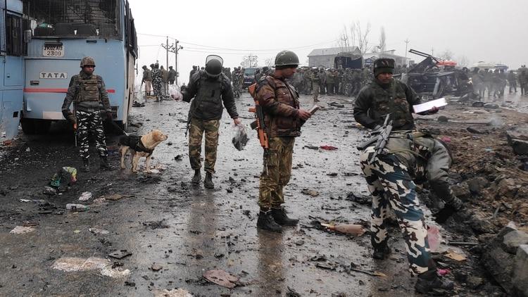 Soldados ante los restos de coche bomba en Cachemira (Reuters)