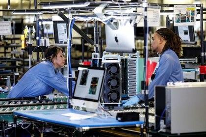 Los empleados de la fábrica Flextronics International de Apple trabajan en el ensamblaje de la computadora Apple Mac Pro en Austin, Texas (Foto: Tom Brenner/Reuters)