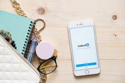 Una importante herramienta para potenciar el perfil de un candidato -recientemente egresado- es la plataforma Linkedin como presentación pública y networking en el mercado (iStock)