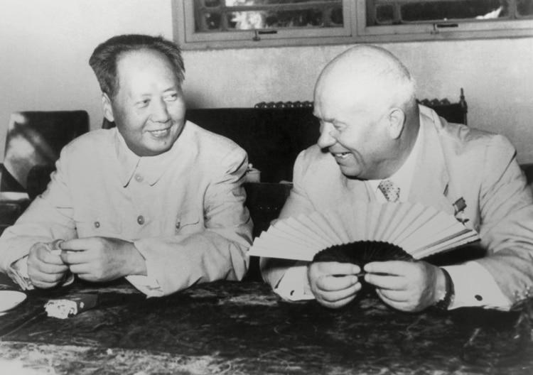 Mao recibe al líder soviético Nikita Khrushchev, durante una de sus visitas a Beijing. La alianza de China con la URSS fue vital durante los primeros años de la revolución.
