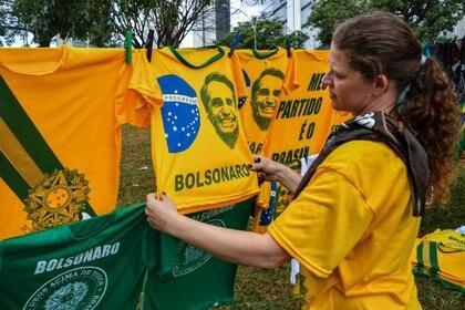Camisetas con el rostro de Bolsonaro vendidas en Brasilia en la víspera de la ceremonia de investidura (NELSON ALMEIDA / AFP)