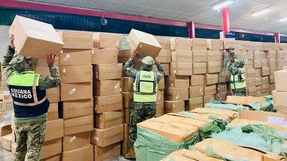 Aduanas frenó el ingreso ilegal de 82 mil oxímetros y 27 mil pruebas COVID-19 en el AICM (Foto: Twitter @SATMX)
