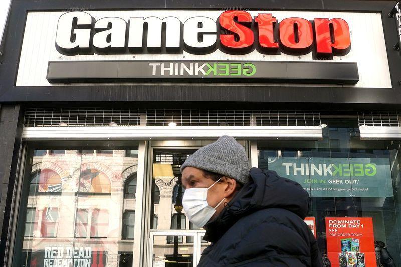 FOTO DE ARCHIVO: Una persona pasa por delante de un GameStop en el barrio de Manhattan de la ciudad de Nueva York, Nueva York, Estados Unidos. 29 de enero de 2021. REUTERS/Carlo Allegri/File Photo