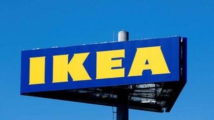 FOTO DE ARCHIVO. Un cartel de IKEA junto a la nueva tienda de la compañía en Riga, Letonia. 2 de septiembre de 2018. REUTERS/Ints Kalnins