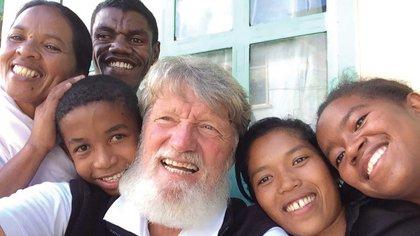 El sacerdote ya tiene 72 años, hace cinco décadas vive en Madagascar y hace treinta años fundó Akamasoa. Según la asociación humanitaria fundada por Opeka, por ejemplo, en 2017 fueron 30.000 las personas que recibieron asistencia temporaria, y más de 13.000 chicos se encontraban escolarizados, desde el nivel inicial hasta el terciario