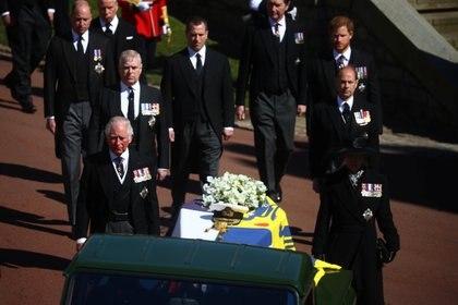 El príncipe Carlos, la princesa Ana y el príncipe Andrés lucieron las medallas del Jubileo de plata, oro y diamante, así como las medallas por servicio prolongado y buena conducta de la Royal Navy y la medalla de las fuerzas canadienses, que también lució su hermano menor, el conde de Wessex. Todos, también, lucieron las medallas de Nueva Zelanda