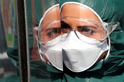 Un trabajador médico con traje de protección en el hospital Policlínico Tor Vergata en Roma, Italia, el 6 de abril de 2020. (REUTERS/Guglielmo Mangiapane)
