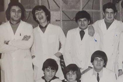1976: Juan Carlos Ricci (a la izquierda), con sus alumnos de 7to grado (Foto: Facebook)