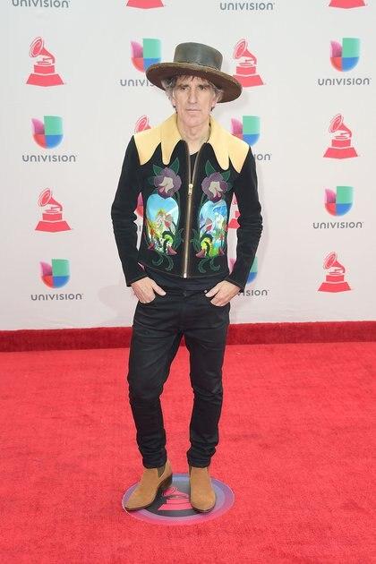 Mikel Erentxun, con un look country. El cantautor venezolano lució una campera estampada con flores, chupines negros, botas texanas y sombrero.