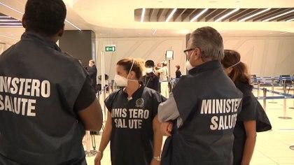 Despliegue del Ministerio de Salud en los aeropuertos italianos (Reuters)