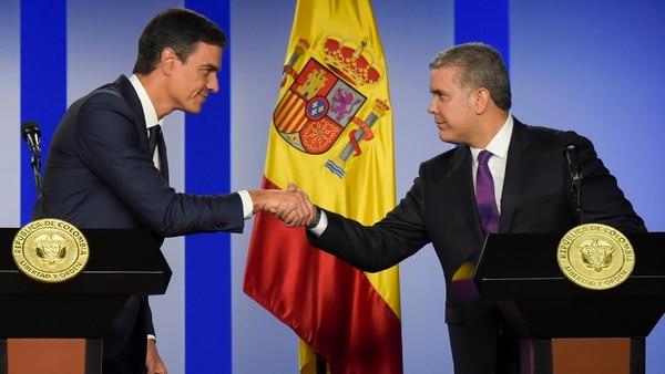 Sánchez saluda a Duque (AFP)