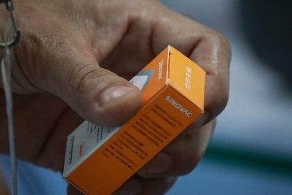 Vista de una dosis de la vacuna de Sinovac contra la covid-19. EFE/Mark Cristino/Archivo