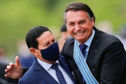 FOTO DE ARCHIVO-El presidente de Brasil, Jair Bolsonaro, abraza al vicepresidente Hamilton Mourao durante la ceremonia del Día del Aviador en la Base Aérea de Brasilia, Brasil. 23 de octubre de 2020. REUTERS/Adriano Machado
