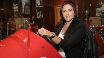 Ianina Zanazzi a bordo de uno de los autos clásicos que se lucen en el Museo Fangio de Balcarce