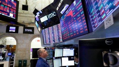La aversión al riesgo se impuso en Wall Street e impactó de lleno en las valuaciones de activos argentinos. (EFE)