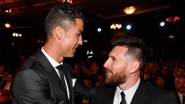 """El saludo de Cristiano Ronaldo y Lionel Messi en la gala de los premios FIFA """"The Best"""" 2017 (AFP)"""