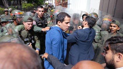 Las fuerzas chavistas impidieron el ingreso de Juan Guaidó al Parlamento (NTN24)