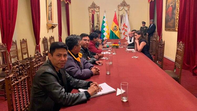 La presidente interina de Bolivia se reunió con líderes sociales para lograr una salida a la que crisis que afronta el país.