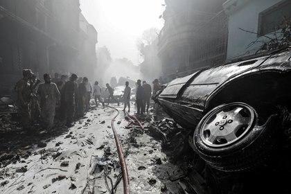El avión cayó en plena zona residencial (Reuters/ Akhtar Soomro)