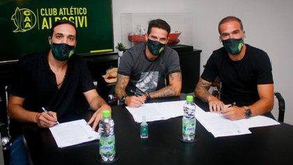 Fernando Gago y Federico Insúa firmaron sus contratos con el Tiburón (Twitter: @clubaldosivi)