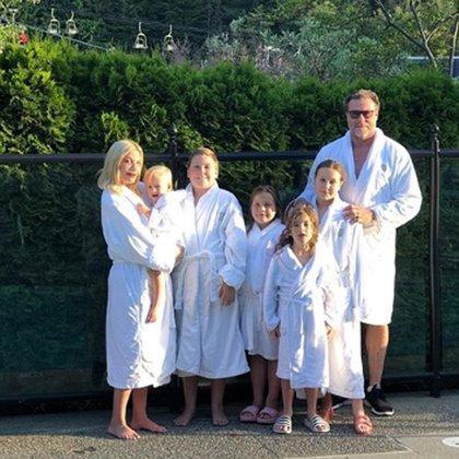 Tori con sus cinco hijos y su marido (Instagram)