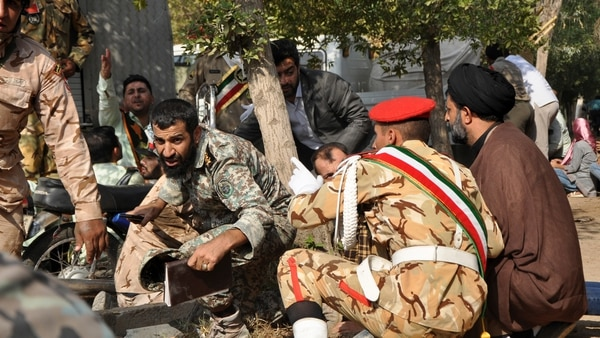 Miembros de la Guardia Revolucionaria de Irán reaccionan al tiroteo