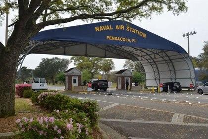 La puerta principal de la Estación Aérea Naval de Pensacola en EEUU, el 16 de marzo de 2016 (U.S. Navy/Patrick Nichols/vía REUTERS)