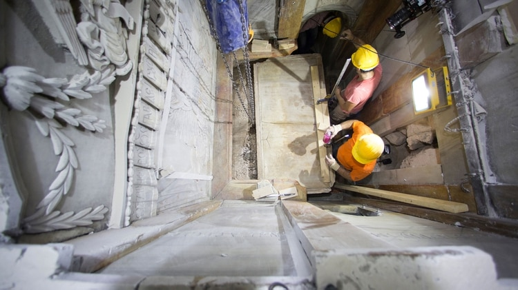 Trabajos de restauración en el Santo Sepulcro. Los obreros remueven la tapa que cubría la cavidad en la piedra caliza donde según la tradición fue depositado el cuerpo de Jesús (AP)