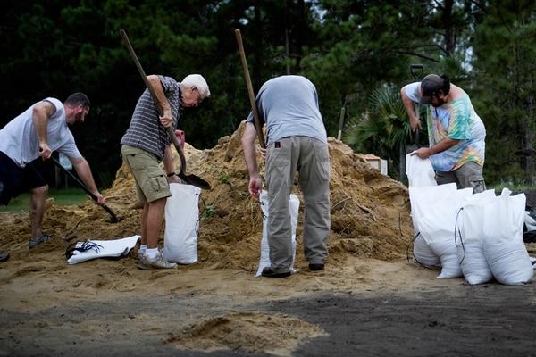 Residentes llenan bolsas de arena para prepararse al impacto de Michael en Panama City, Florida (AFP / Brendan Smialowski)