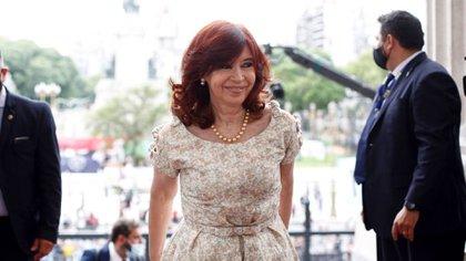 La vicepresidenta Cristina Fernández del Kirchner arriba sonriente y sin tapabocas al Congreso para participar de la sesión que abrió el período legislativo. (Comunicación Senado)