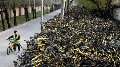 Las bicicletas comenzaron siendo una solución para la movilidad de millones de chinos. Hoy, también, son un estorbo