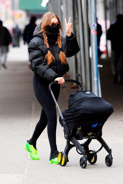 Gigi Hadid salió a hacer compras por el barrio Soho de Nueva York. La modelo llevó a su beba de casi cuatro meses –fruto de su relación con Zayn Malik– en el cochecito y levantó su mano cuando descubrió que los fotógrafos la habían encontrado. Según la prensa local, buscó un regalo para el cumpleaños de su madre