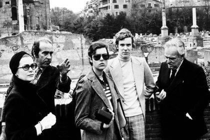 Tiempos felices y lejos de las tragedias: una postal familiar de 1974 en Roma de los príncipes Carolina y Alberto de Mónaco junto a sus padres, los príncipes Rainiero III y Grace Kelly (Shutterstock)