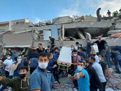Lugareños y funcionarios buscan sobrevivientes en un edificio derrumbado. REUTERS/Tuncay Dersinlioglu