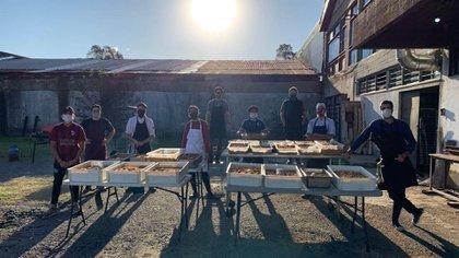 Ellos son los quince cocineros voluntarios que ante la falta de eventos sociales decidieron seguir cocinando, pero  para mitigar el hambre