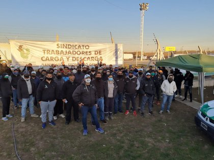 Activistas del Sindicato de Carga y Descarga hacen guardia en la puerta del centro de distribución de Mercado Libre en el Mercado Central