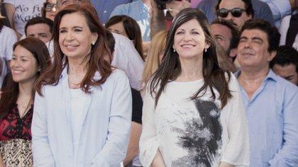 La diputada Fernanda Vallejos junto a la vicepresidenta Cristina Kirchner