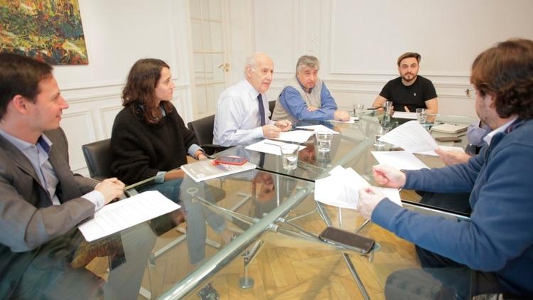 El economista junto a su equipo de trabajo