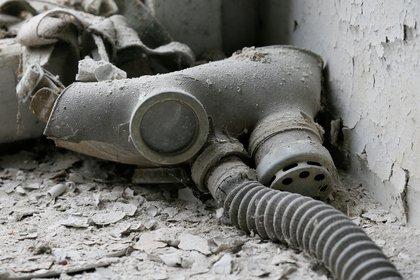 Una máscara de gas para chicos es vista cerca del reactor que explotó - REUTERS/Gleb Garanich