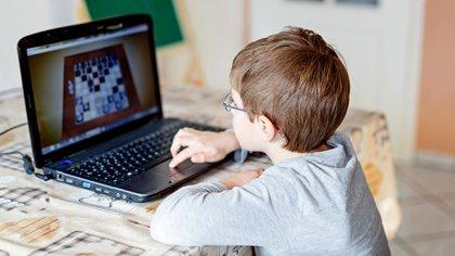 El ajedrez online pegó un salto durante la pandemia, acercando niños y la serie de Gambito de dama sumó mujeres, a un deporte monopolizado por hombres.