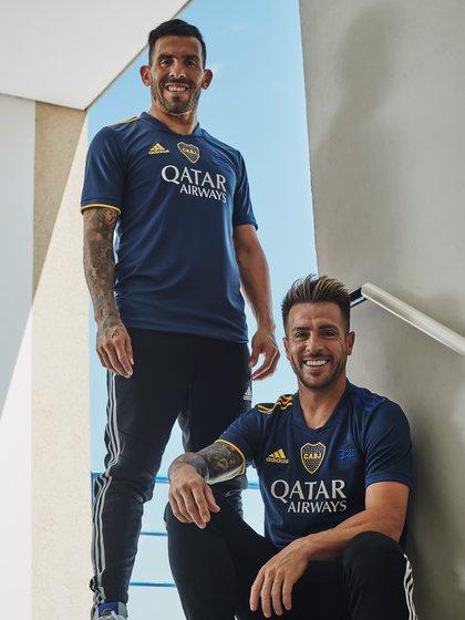 Tevez y Buffarini, dos de los futbolistas que posaron con la nueva camiseta en el lanzamiento de la misma