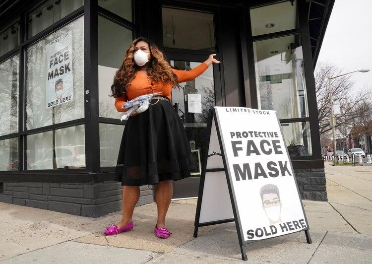 Un puesto de venta de barbijos en Washington el 5 de marzo de 2020 (REUTERS/Kevin Lamarque)