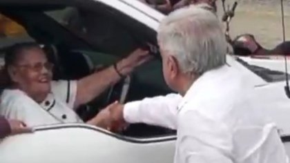 El saludo de manos fue considerado una ofensa contra las víctimas de la delincuencia organizada (Foto: Captura de pantalla)