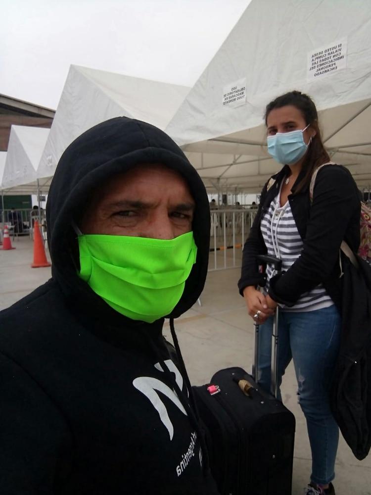 Nicolás y su novia Martina piden ayuda para regresar porque se quedaron sin recursos médicos y económicos