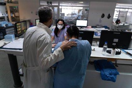 Sahar Tal Benzecry, Jefe de sala de Terapia Intermedia (devenida UTI Covid durante la pandemia), junto a compañeras de la unidad. (Foto: Franco Fafasuli)