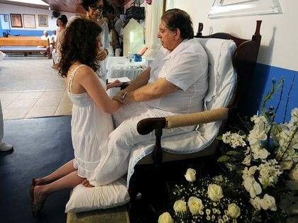 """Una sesión de """"curación espiritual"""" en la Casa Don Ignacio de Loyola en Abadiania, en una foto de 2012. (PEDRO LADEIRA / AFP)"""