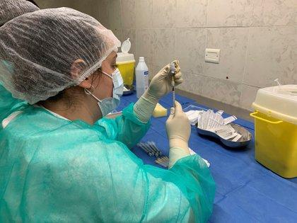 Una enfermera prepara una dosis de vacuna contra la covid-19 en Roma, Italia. El Lacio y su capital, Roma, se han situado a la cabeza en la carrera de la vacunación en Italia, al comenzar a inmunizar a los mayores de 80 años antes que ninguna otra región (EFE/Paula Bernabeú)